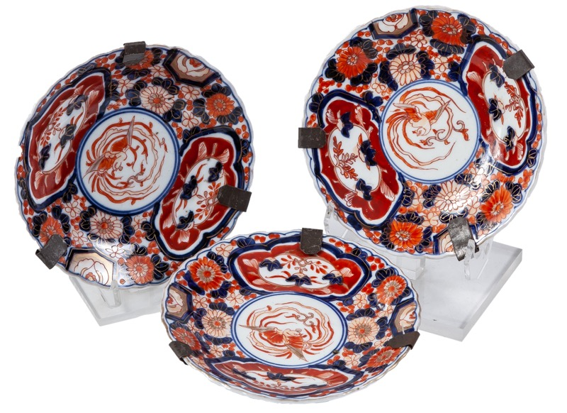 Tres platos de porcelana china con decoración Imari