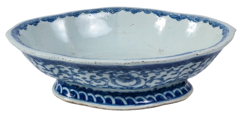 A Chinese oval blue and white porcelain centrepiece